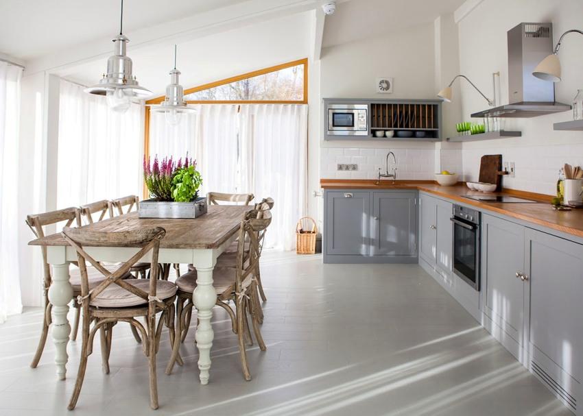 Керамическая плитка нейтральных оттенков - оптимальный вариант для укладки на полу кухни в стиле прованс