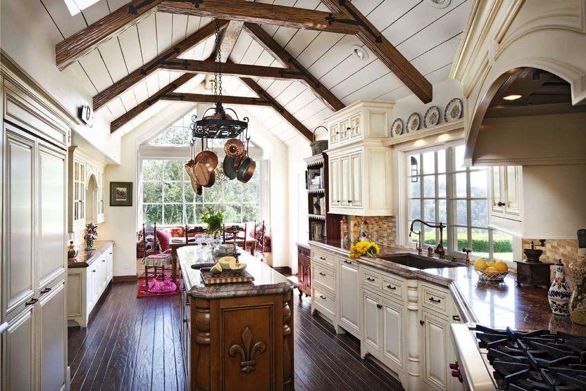 На кухне в стиле прованс приветствуется применение старинной мебели или новых моделей со специально состаренными поверхностями