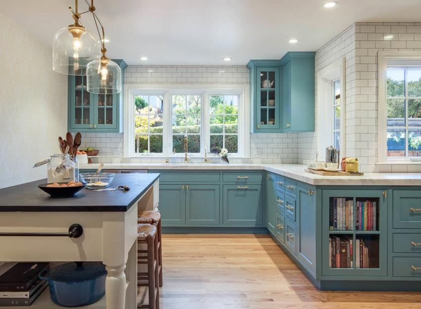 При отделке кухни в стиле прованс особое внимание уделяется яркому освещению, его стараются приблизить к естественному