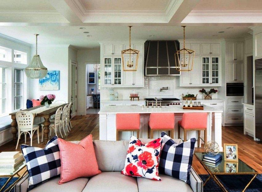 На кухне в стиле прованс часто используют стулья с мягкими сиденьями и спинками