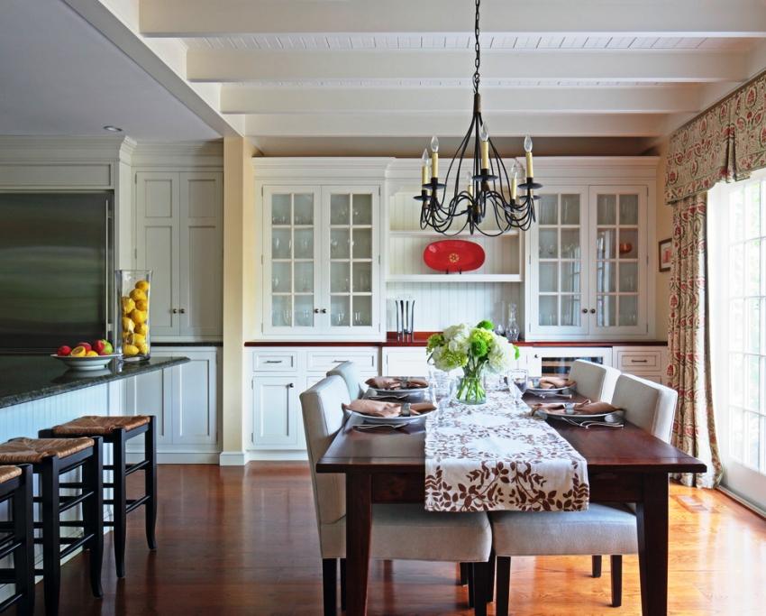 Шторы обязательно должны сочетаться с другими текстильными элементами кухни в стиле прованс