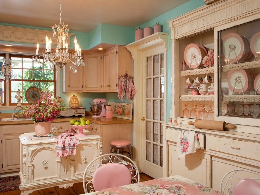 Для того чтобы весь интерьер кухни в стиле прованс не казался однородным, в текстиле и различных аксессуарах используются и более яркие цвета