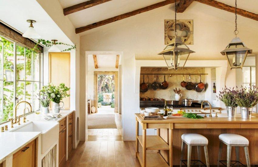 Дизайн кухни в стиле прованс содержит много природного декора, а также разнообразный текстиль