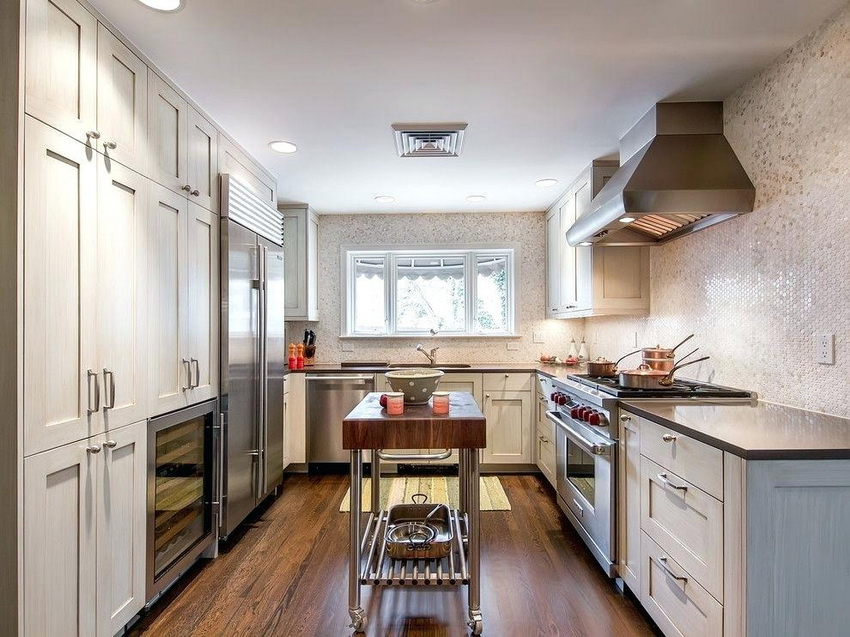 Встроенная бытовая техника позволяет значительно сэкономить пространство небольшой кухни