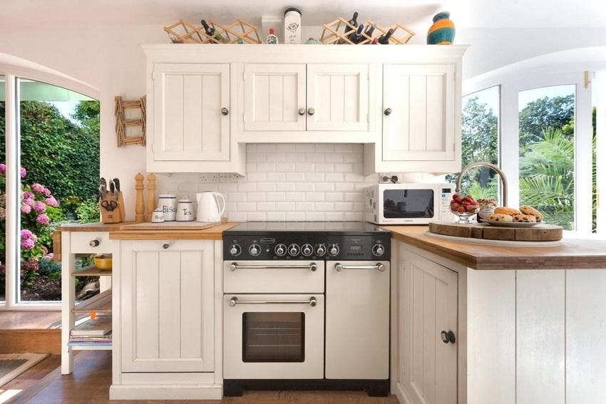 При обустройстве маленькой кухни следует опираться не только на размеры комнаты, но и на характеристики кухонного гарнитура