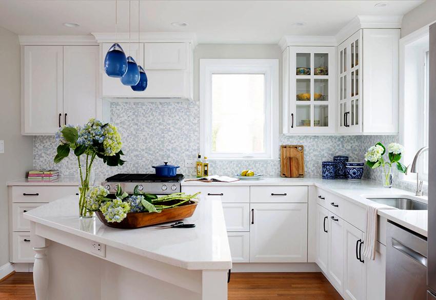 Популярностью пользуются модульные гарнитуры, которые легко разместить на кухнях разных габаритов