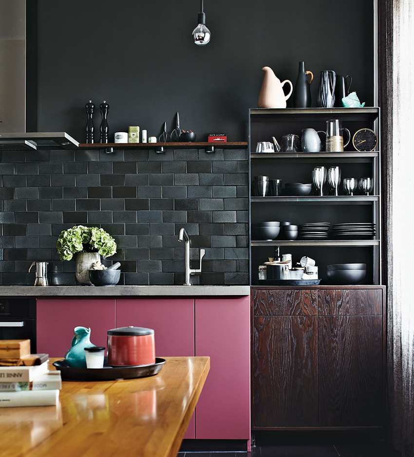 Дизайн гарнитура необходимо подбирать исходя из общего стиля дома