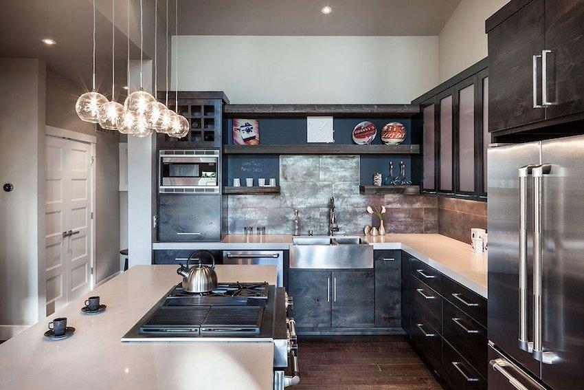 Г-образный гарнитур — лучший вариант для маленькой кухни, но только в том случае, если продуманно задействовано угловое пространство