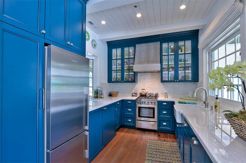 П-образной кухонный гарнитур подходит для размещения в помещениях с разной площадью