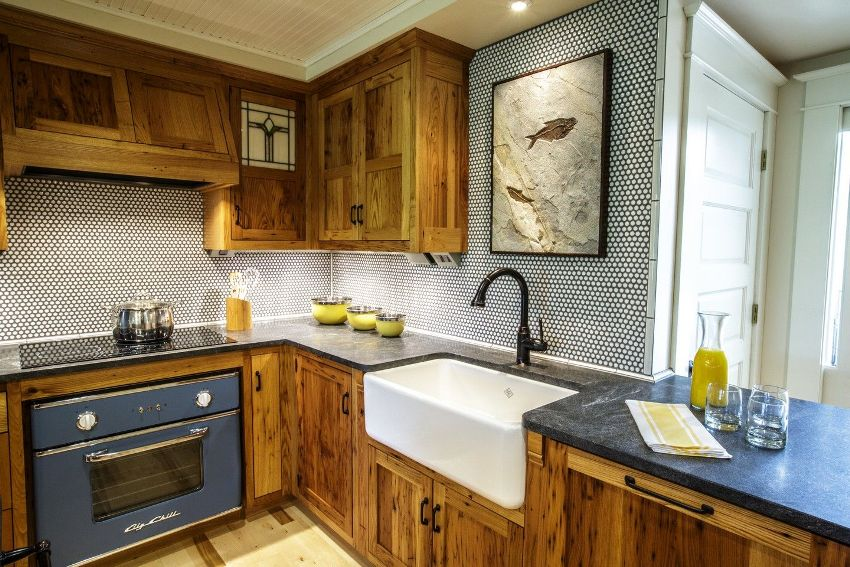 Для изготовления кухонной мебели в основном используются такие материалы: дерево, ЛДСП, МДФ, стекло и металл