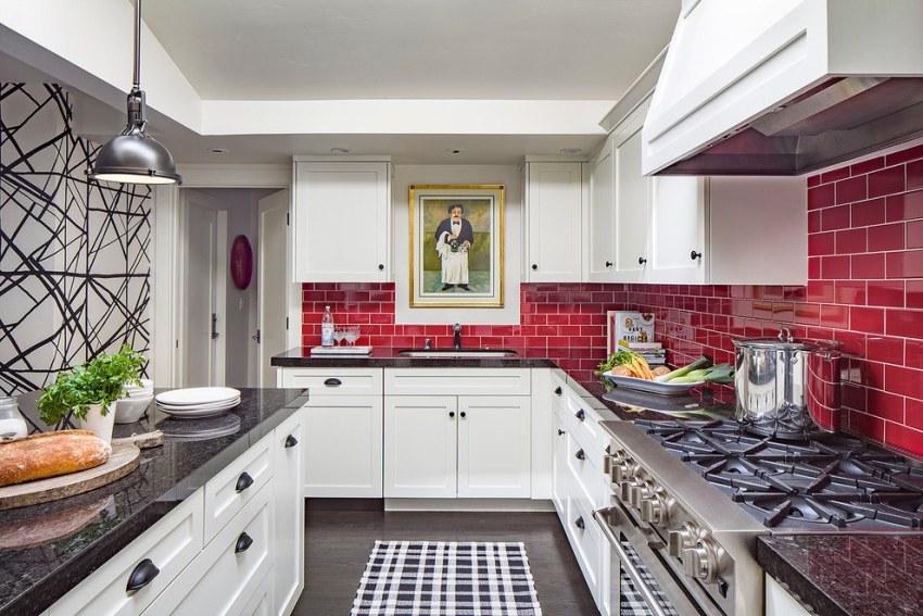 Угловые кухонные гарнитуры считаются идеальной мебелью для небольших помещений