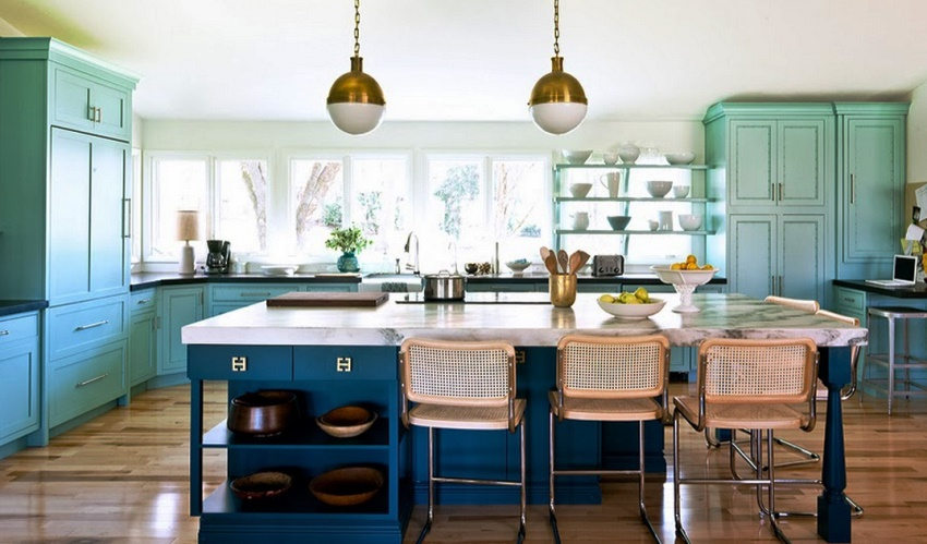 Кухни, расположенные в углу, удобно дополнять островной частью, если, конечно, позволяет площадь помещения