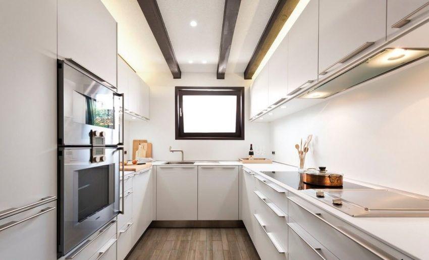 Угловой кухонный гарнитур особенно подходит для маленьких кухонь квадратной и прямоугольной формы