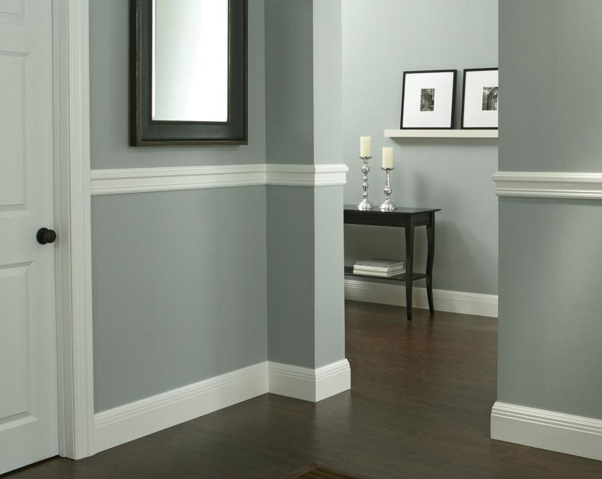 За молдингами на стенах легко ухаживать, их достаточно протирать влажной тканью или сметать пыль веничком