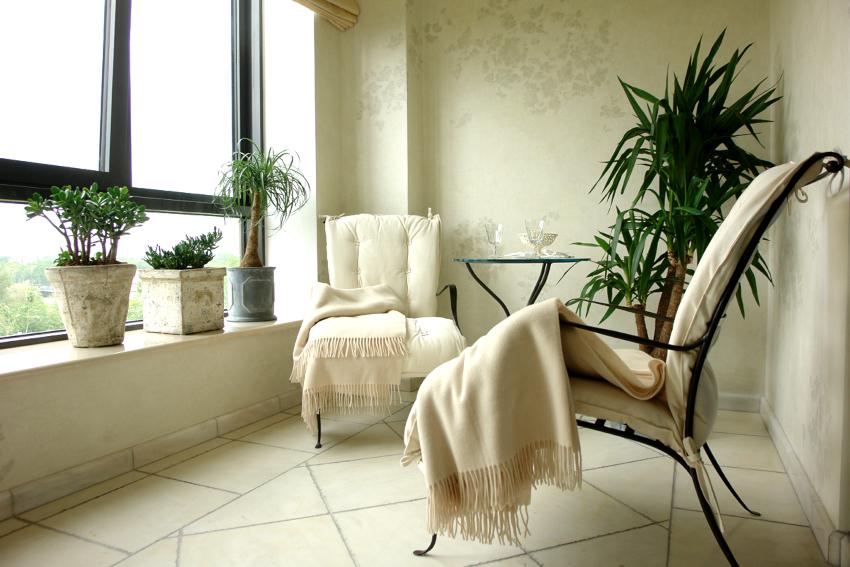 Для отделки балкона применяются: плитка, штукатурка, обои и другие материалы