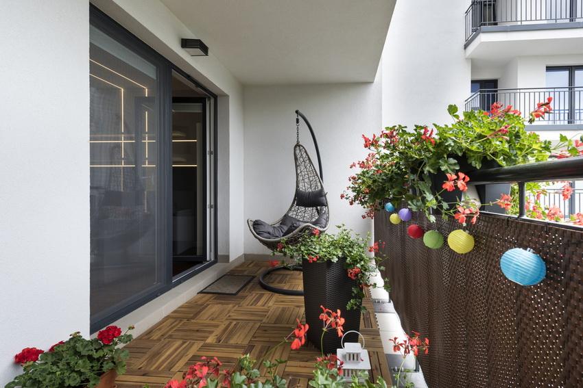 Современные балконы и лоджии часто используют в качестве зоны отдыха или жилого помещения, поэтому качество напольного покрытия - ключевой элемент