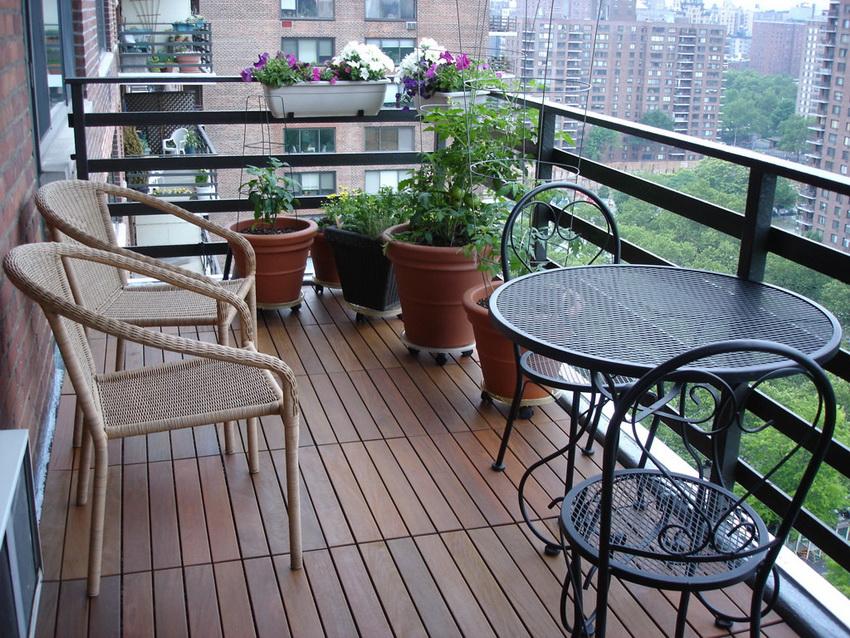 Тип отделки пола на балконе зависит от его типа: открытый или остекленный
