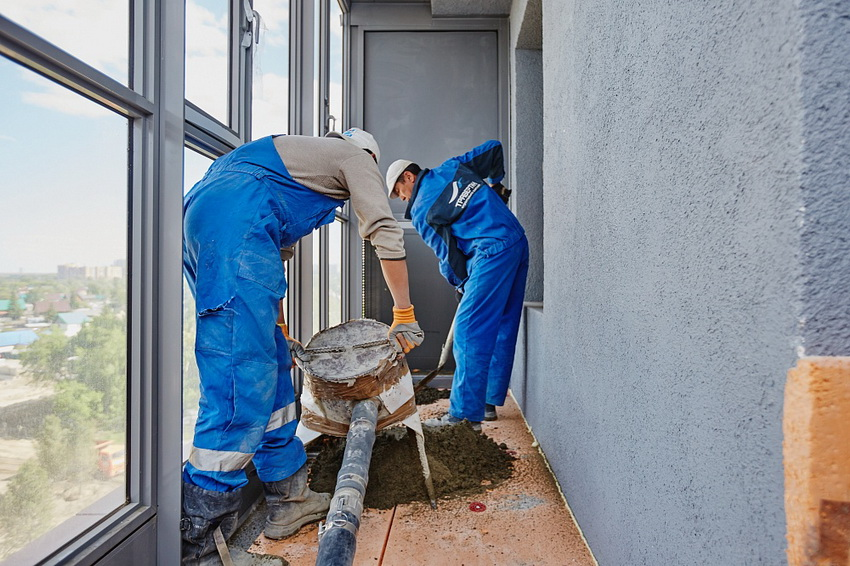 Выравнивание пода на балконе стяжкой - процесс трудоемкий и имеющий свои особенности, поэтому лучше доверить эту работу специалистам