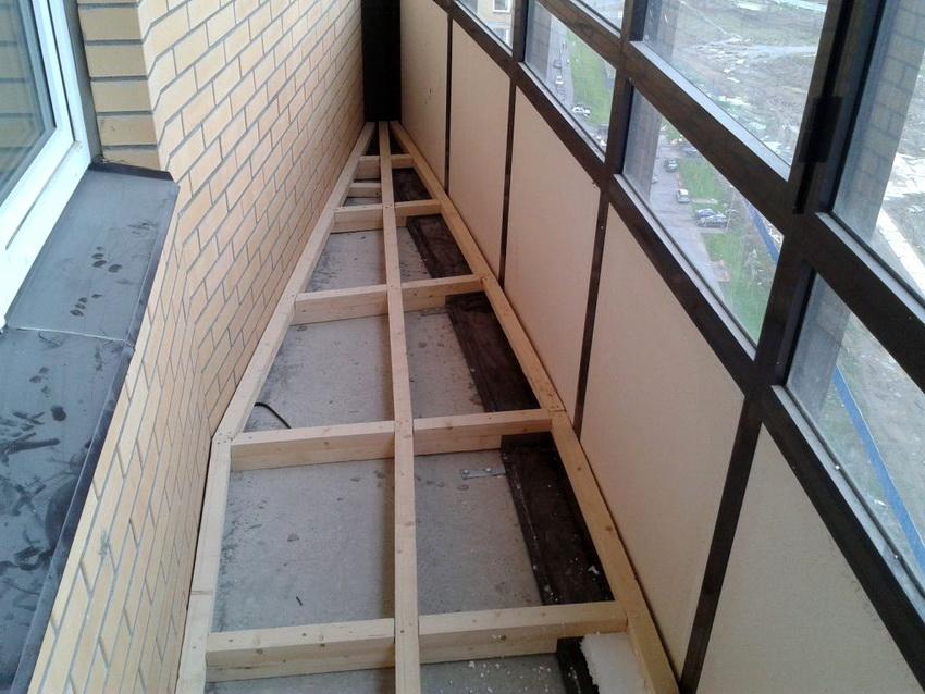 Выравнивание лагами подходит для балконов любой формы