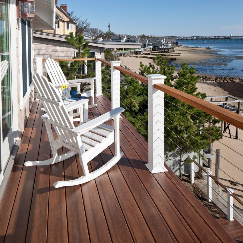Террасная доска чаще всего используется на открытых балконах, так как хорошо переносит воздействие солнца, ветра и осадков