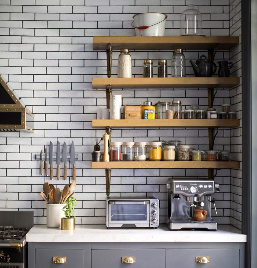 Красивые полки открытого типа могут стать украшением кухни