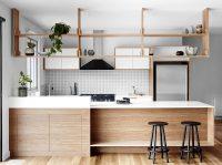Открытые полки из ДВП или ДСП отлично смотрятся в интерьере кухни