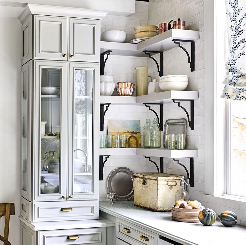 Угловые открытые полки – идеальное решение для маленькой кухни