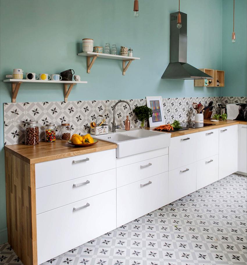 Навесные кухонные полки должны сочетаться с другой мебелью в помещении