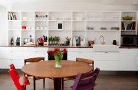 Чаще всего на кухне стеллажи устанавливают вместо верхних шкафчиков
