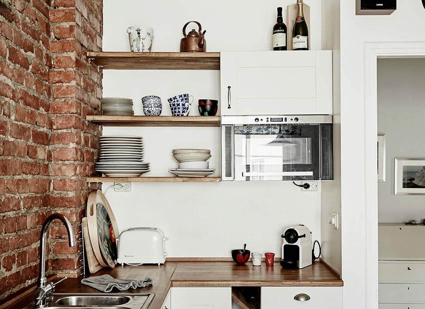 Полки из дерева на кухне выглядят просто, но при этом элегантно
