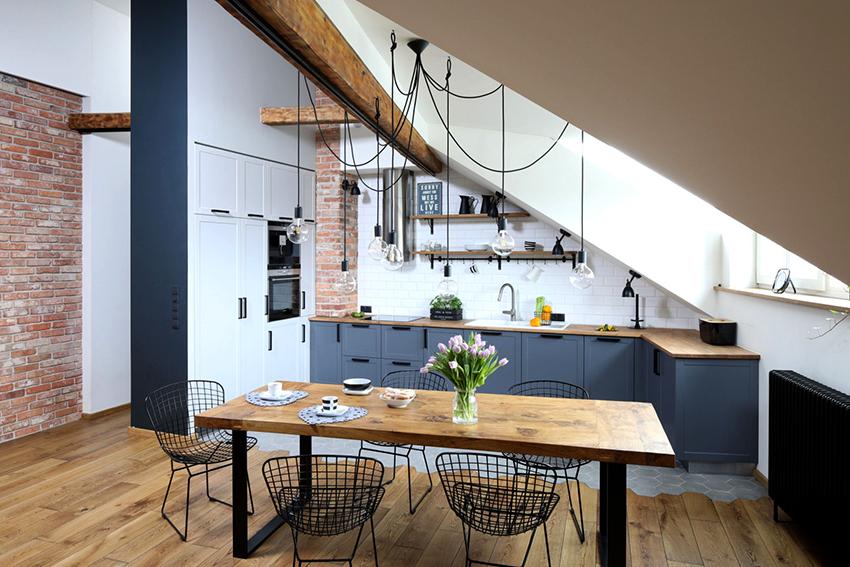 Главным преимуществом навесных полок на кухне является компактность