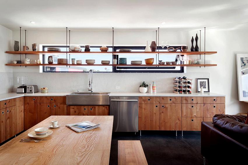Открытые полки, закрепленные на потолке, будут выглядеть эффектно на любой кухне
