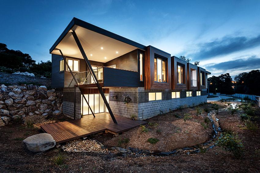 В двухэтажном доме можно вместить все необходимые хозяйственные и личные помещения