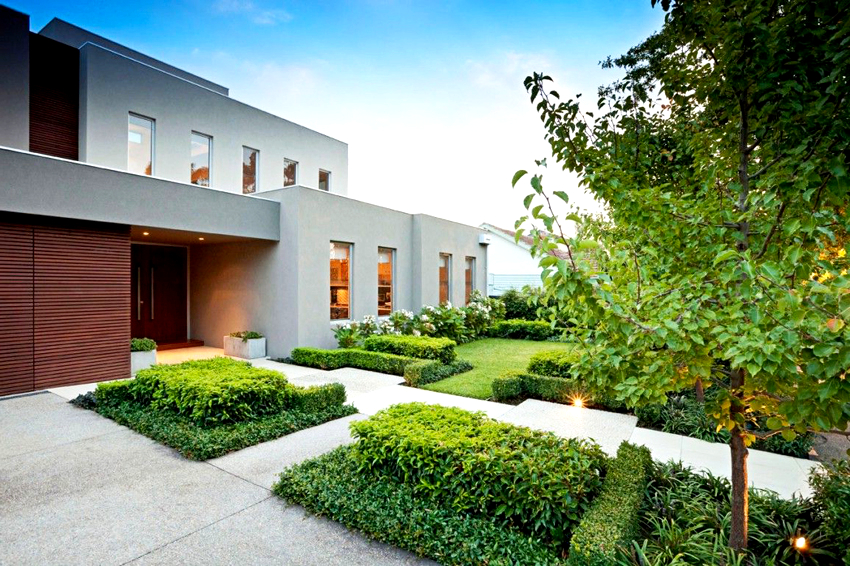 Грамотно построенный и облицованный дом из пеноблоков будет выглядеть как надежная крепость