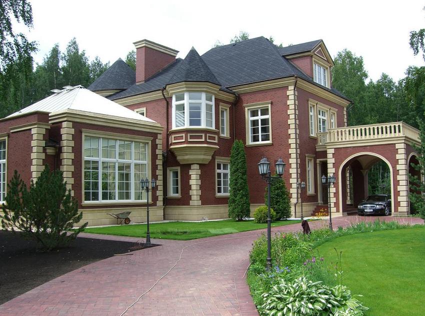 Строительство двухэтажного коттеджа позволяет максимально сэкономить площадь участка