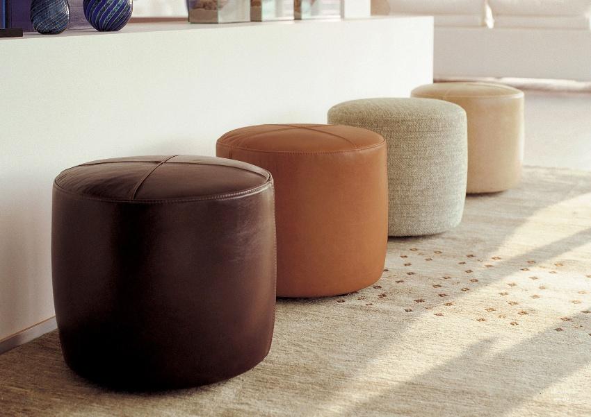 Корпус пуфиков может выполняться из разнообразных материалов, чаще всего отталкиваясь от стилистического направления помещения