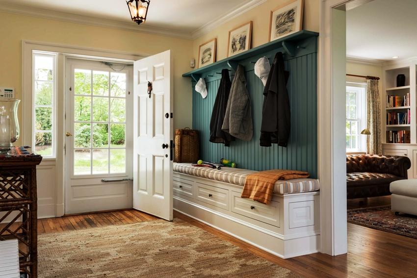 Банкетка в прихожую с сиденьем и полками для обуви может иметь открытые или закрытые боковые стенки