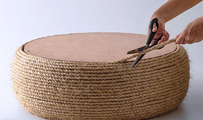После того как шина обклеена полностью, излишки бечевки нужно отрезать и приклеить на крышку