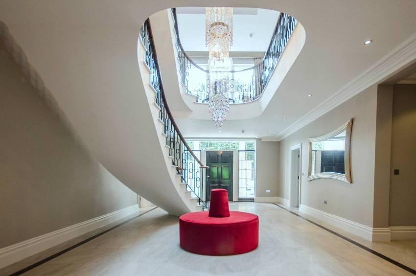 Использовать пуф можно в качестве акцентного яркого элемента дизайна дома в классическом стиле