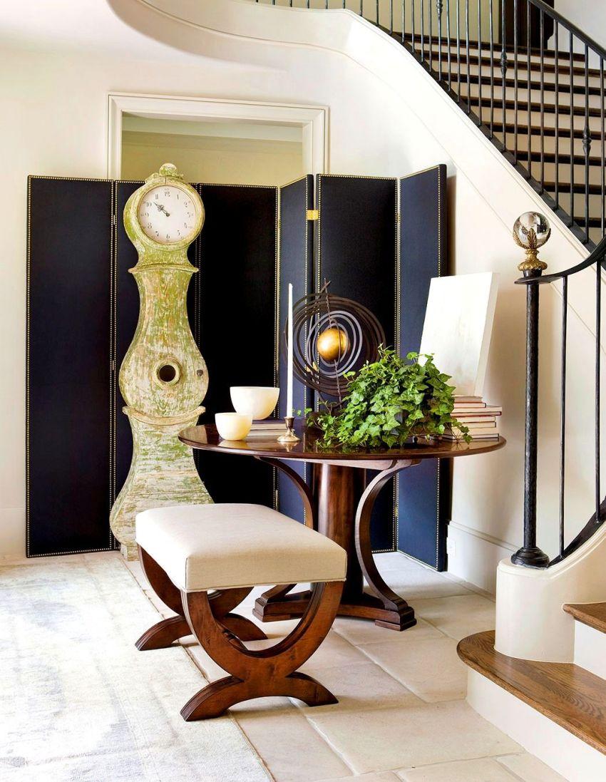 Модели пуфов с ножками могут перекликаться с другой мебелью, создавая отличный ансамбль в интерьере