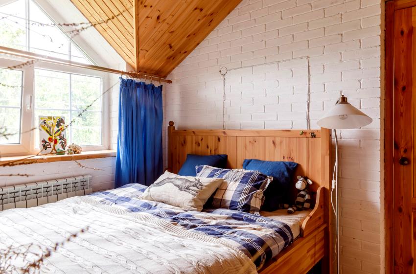 Высота считается правильной, если сидя на кровати, колени образовывают прямой угол