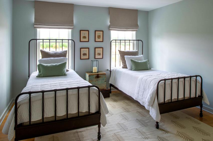 Кровать должна подходить не только по размерам, но и соответствовать общей стилистике комнаты