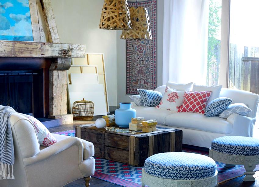 Шкафы и диваны в стиле прованс удачно сочетаются с деревянными балками на потолке, стенах и камине