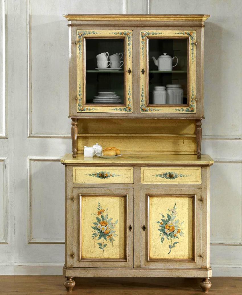 Для декорирования шкафа прованс используют ручную роспись или объемную аппликацию