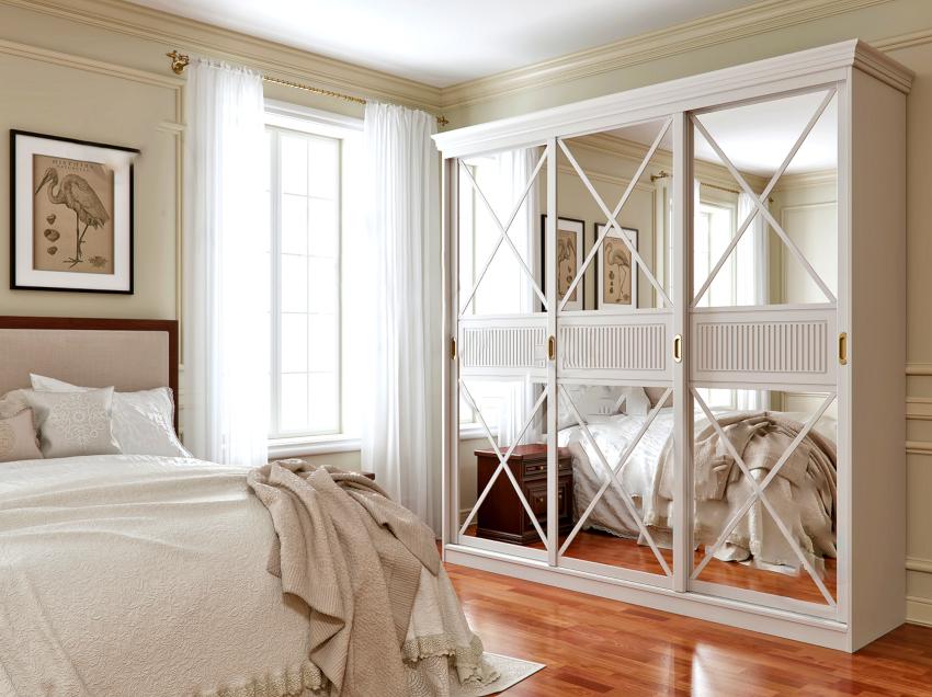 Фасад шкафа-купе в стиле прованс оснащают одним или двумя большими зеркалами с декоративной росписью