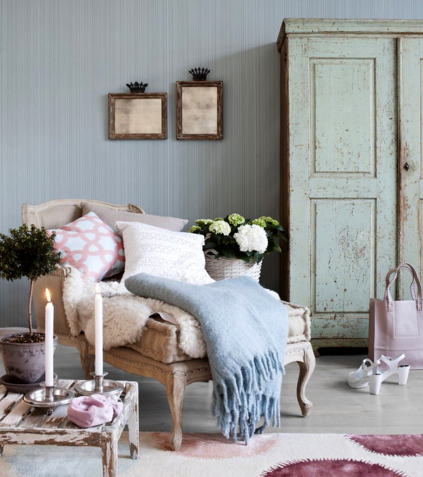 Шкафы прованс могут быть зеркальными, с отделкой из кованого металла или комбинированные