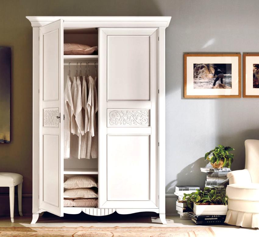 Для платяных шкафов в стиле прованс характерны высокие ножки, что существенно облегчает уборку