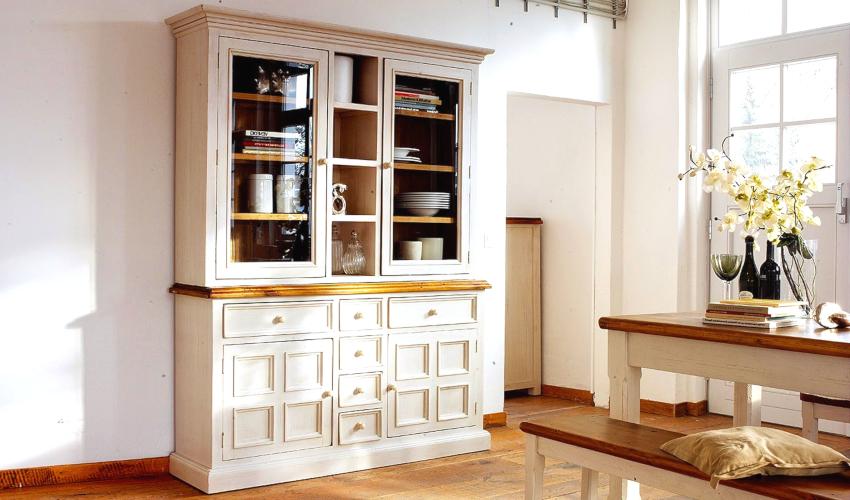 После очистки поверхности и реставрации фурнитуры приступают к покраске и декорированию шкафа