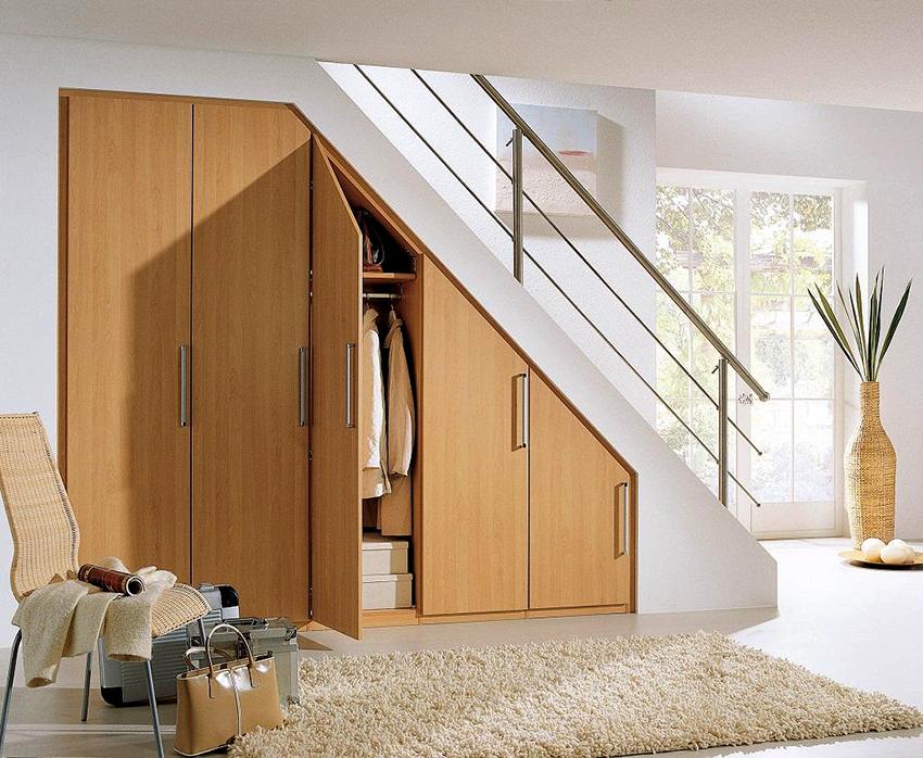 Распашной шкаф под лестницу - классический вариант конструкции