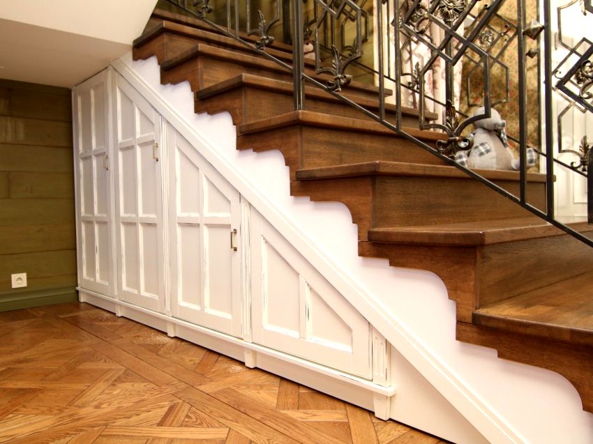 Встраиваемый шкаф под лестницей – это не только эргономичная конструкция, но и эффектный элемент дизайна